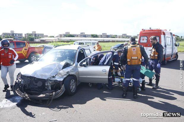 Acidente entre caminhonete e carro deixa vítima presa às ferragens