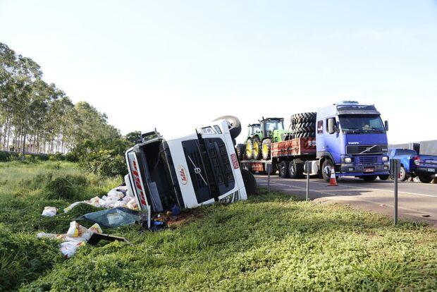 Motorista perde o controle e carreta carregada com 36 toneladas de farinha tomba na BR-163