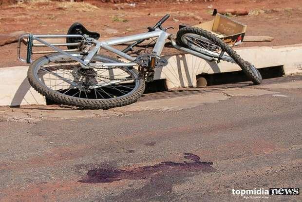 Ciclista é atropelado por carro e fica ferido em cruzamento de Ivinhema