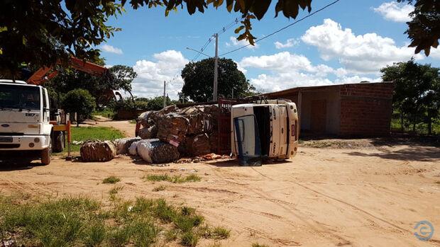 Motorista perde controle da direção em buraco e tomba caminhão carregado