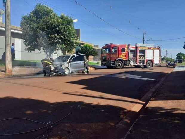Carro estacionado pega fogo em via pública