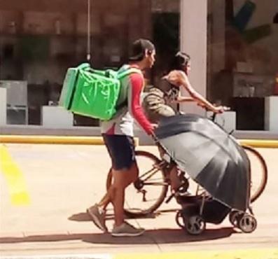 Casal trabalhador com filho no carrinho emociona e polemiza em Campo Grande