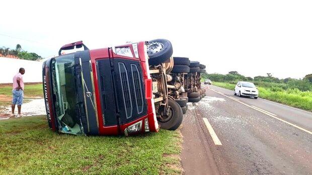 Para evitar acidente, motorista de carreta freia e veículo tomba na MS-276