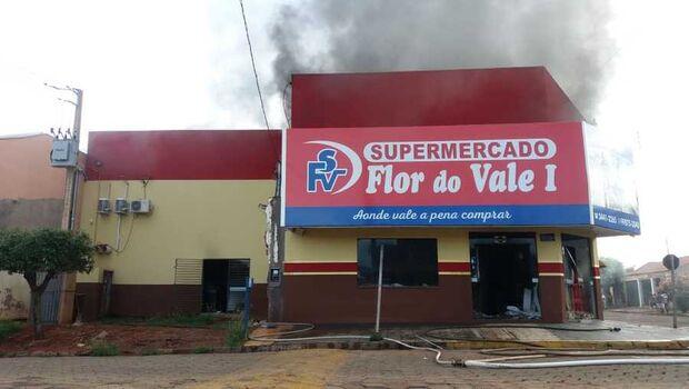 Supermercado pega fogo e Corpo de Bombeiros é acionado