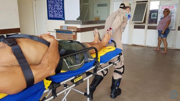 Idoso de bicicleta não vê carro, é atropelado e fica ferido em Coxim