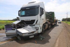 Trabalhador rural morre e mulher fica ferida em acidente entre carro e carreta