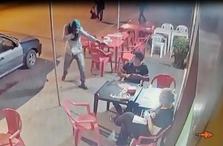 VÍDEO: quadrilha assalta pizzaria e agride funcionários