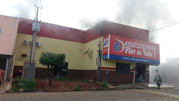 Incêndio em supermercado mobilizou sete caminhões tanque do Corpo de Bombeiros