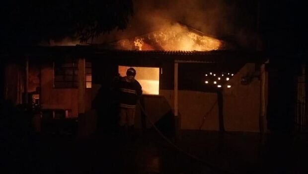 Inquilino discute com dona de imóvel e coloca fogo em casa
