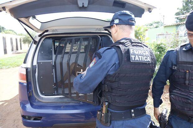 Ladrão é preso pela PM, tenta fugir e apanha de moradores