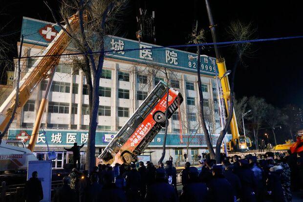 Asfalto cede, cratera 'engole' ônibus e seis pessoas morrem na China