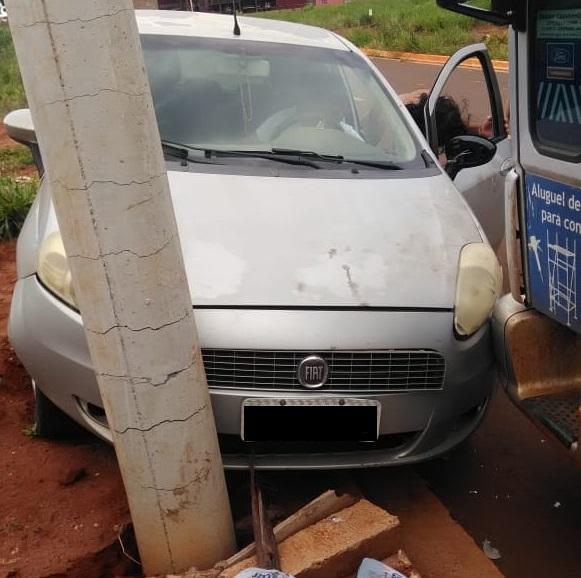 PERIGO: carro destrói poste e morador do Paraíso do Lageado toma 'chá de cadeira' da Energisa