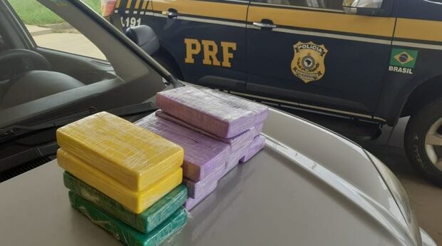 PRF descobre 14,6 kg de cocaína em 'mocó' no painel de carro em Naviraí