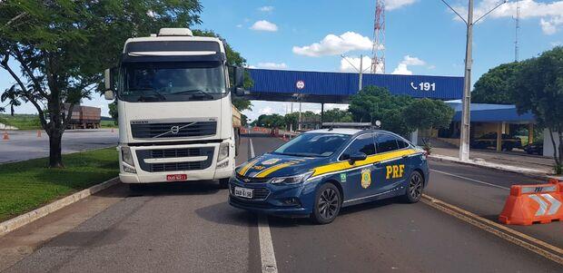 PRF recupera carreta usada em sequestro e prende dupla de suspeitos
