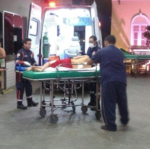 Armada, dupla invade escola e deixa três adolescentes feridos