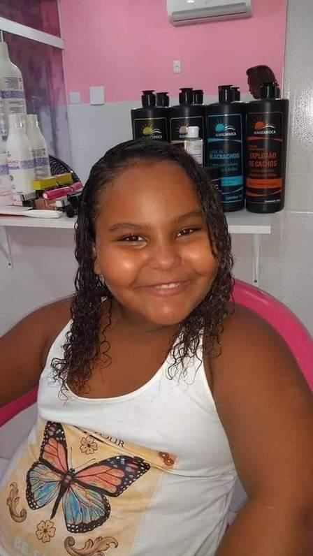 Criança que morreu após ser atingida por bala perdida é enterrada