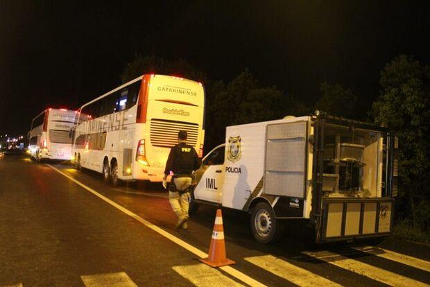 Bandidos morrem em tentativa de assalto a ônibus após passageiro armado reagir