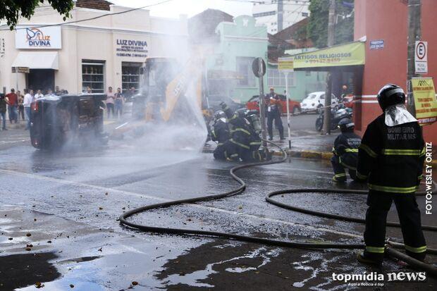 Capotamento e vazamento de gás geram 'caos' em frente ao Mercadão