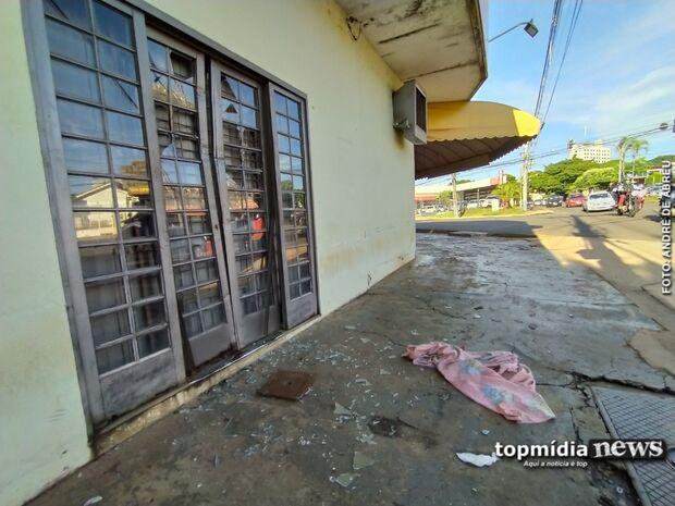 Morador de rua quebra vidro e tenta invadir conveniência em Campo Grande