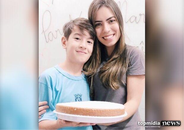 Mãe homenageia professora que ensinou amor pelos estudos ao filho de 10 anos