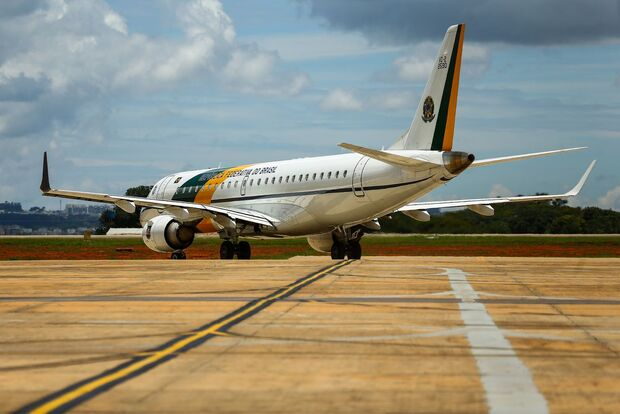 Brasileiros resgatados na China chegam à Base Aérea de Anápolis