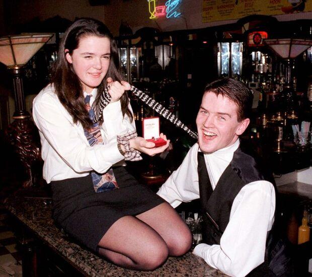 Casal inventa pedido de casamento para ganhar bebida de clientes em bar