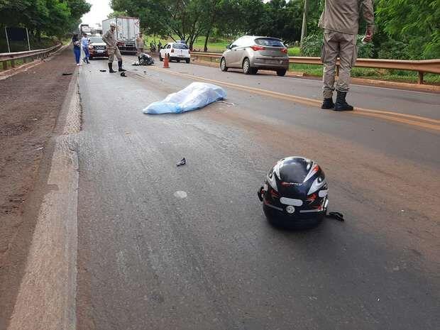 Mulher que morreu ao bater moto em caminhão é identificada