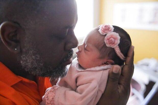 Péricles mostra foto da filha recém-nascida e se declara