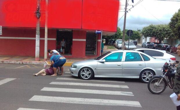 Mulher é atropelada por carro na faixa de pedestre