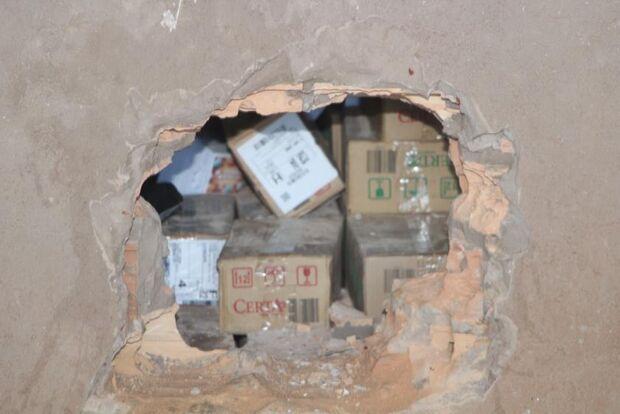 Bandidagem faz buraco em parede, leva R$ 35 mil de lotérica e furta carro de lava-jato