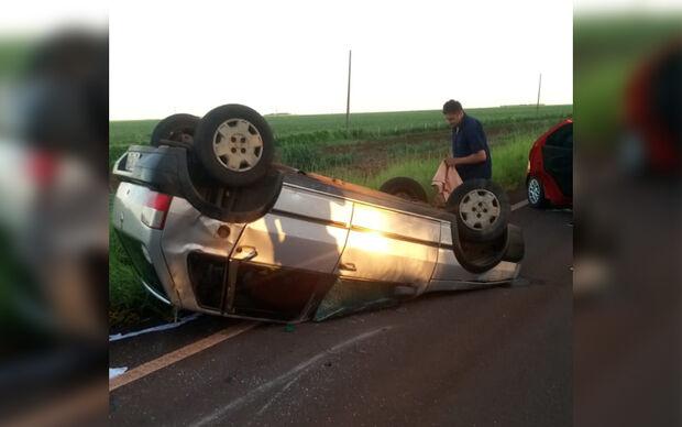 Motorista perde o controle em curva e capota carro em Nioaque