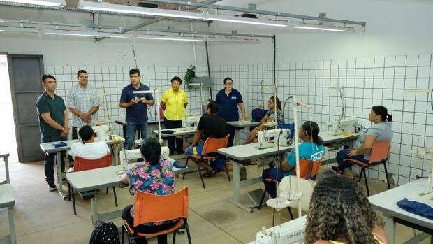 Prefeitura oferece curso de costura e reforma geral para pais de alunos da Cidade dos Meninos