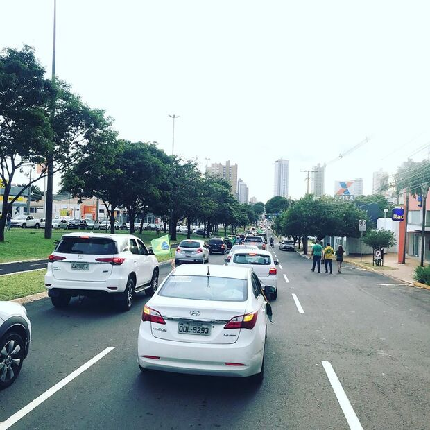 Empresários fazem carreata e buzinaço em frente à prefeitura de Campo Grande