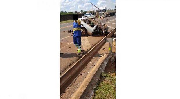 Acidente entre carro e caminhão mata um e deixa 3 feridos em Campo Grande