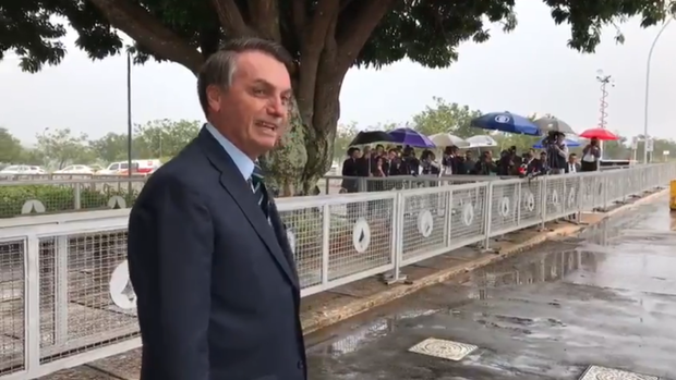 Bolsonaro tira sarro de jornalistas na porta do Palácio: 'estão com medo do coronavírus, não?'