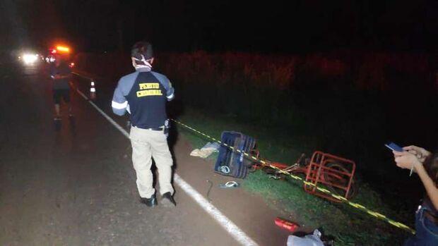 Ciclista morre após ser atropelado e arremessado em rodovia