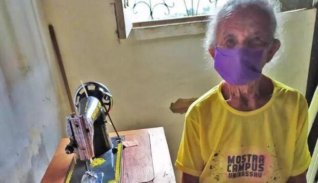Aos 87 anos, dona Bernarda dá lição de vida e faz máscaras para quem não pode comprar