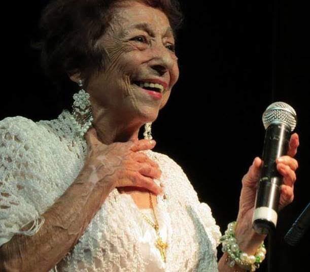 No Dia da Mulher, dama do rasqueado faz jus à data especial e canta e encanta na 14 de Julho