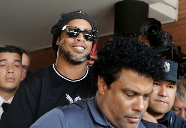 Ronaldinho Gaúcho e irmão são detidos no Paraguai no caso dos passaportes falsificados