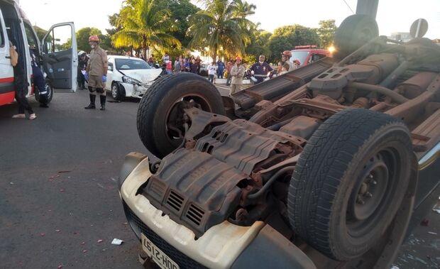 Batida entre carros causa capotamento em Três Lagoas