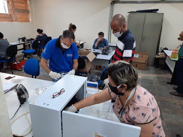 Servidores e voluntários do Procon Campo Grande produzem máscaras e doam para hospitais públicos