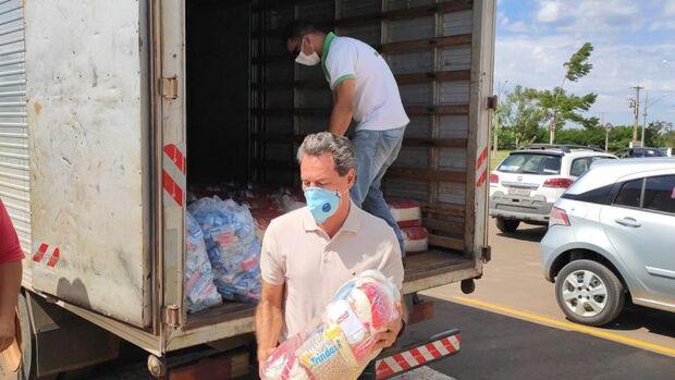 Prefeitura entrega 120 cestas básicas para família de autônomos que prestam serviço na UTR
