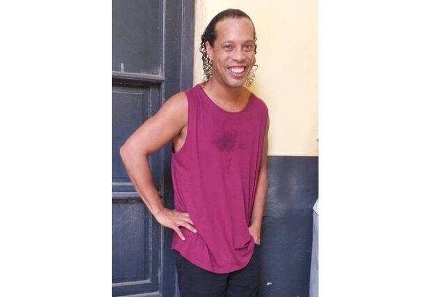 Ronaldinho é flagrado pela primeira vez com roupa de presidiário