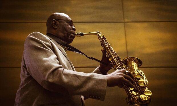 Lenda do saxofone morre de Coronavírus aos 86 anos