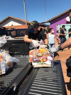 Polícia Federal e advogados distribuem cestas básicas na Cidade de Deus