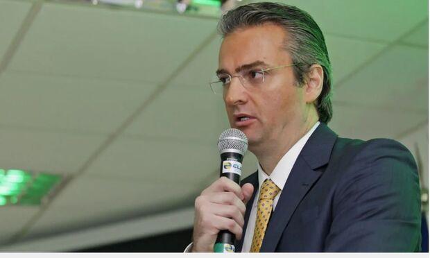 Bolsonaro desiste de Ramagem e nomeia delegado Rolando de Souza para comando da PF
