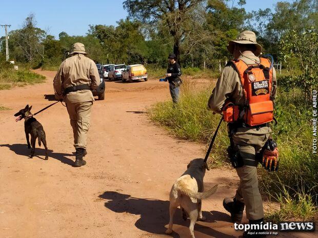 Com cães farejadores, polícia busca corpo de mulher desaparecida em terreno de suspeito