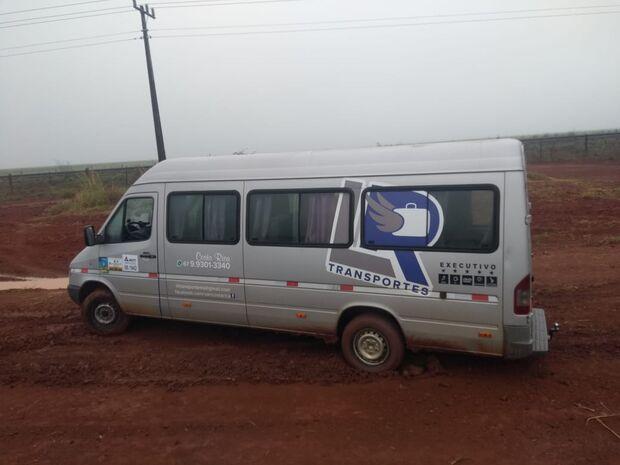 Adolescente furta van, atola em estrada e é apreendido pela PM