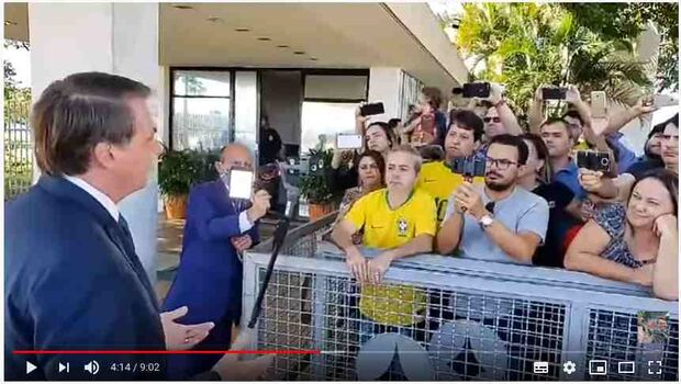 Bolsonaro garante a apoiadores: 'Não vou subir impostos por causa da covid-19'