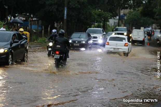 Chuva chega forte, transforma 'dia em noite' e derruba temperaturas na Capital